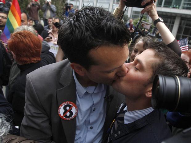 Spencer Jones (esq) beija o marido Tyler Barrick após ouvirem decisão em frente à Corte Federal em São Francisco, na Califórnia