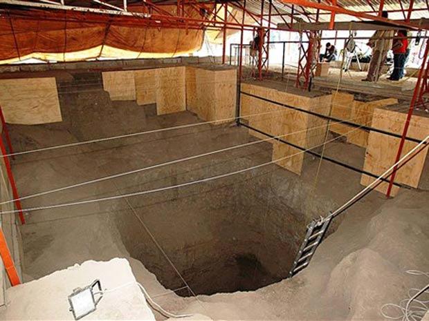 Entrada do túnel de 100  metros que leva a uma série de galerias sob a pirâmide de Quetzalcoatl,  uma das principais dividades astecas, em Teotihuacán, no México.