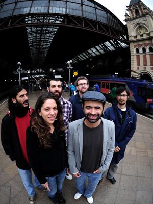Os cantores Luísa Maita e Rodrigo Campos, Peri Pane e Rafael Martinez (da banda Odegrau), o cantor Kiko Dinucci, e Daniel Xingu (também integrante de Odegrau)
