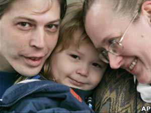 Foto de Adolf Hitler Campbell com os pais foi tirada em dezembro de 2008 (Foto: AP)