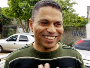 Mizael Bispo sorri ao chegar em casa nesta sexta-feira, um dia depois de ter sua prisão revogada (Foto: Vagner Campos / Futura Press)