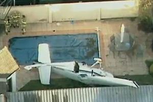 Avião de pequeno porte cai no jardim de casa na Austrália (Reproução/TV Globo)