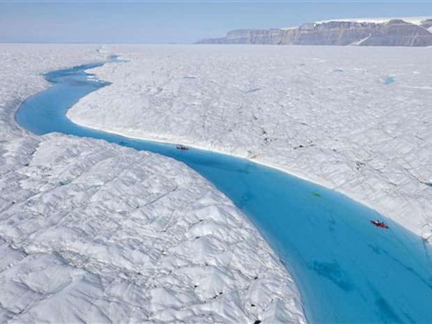 Foto tirada em 12 de julho e liberada pelo Greenpeace mostra seção no glaciar Petermann. Um pedaço gigantesco de gelo, de 260 quilômetros quadrados, se soltou da geleira na Groelândia.   (Foto: AFP)