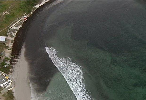 Algas e óleo mudaram o cenário das praias da Região dos Lagos neste domingo (8). (Foto: Reprodução TV Globo)