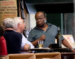 O ministro do STF, Joaquim Barbosa, que está de licença médica, em um bar na Asa Sul, em Brasília, ontem (7).