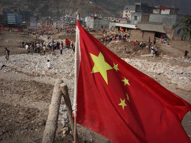 Equipes de resgate buscam sobreviventes em local de deslizamento na China