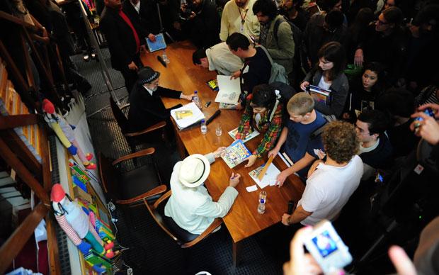 Robert Crumb (chapéu preto) e Gilbert Shelton (chapeu branco) autografam livros em São Paulo.