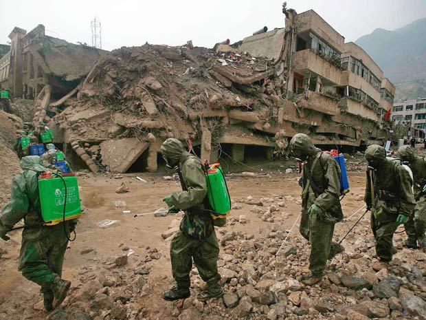 Soldados caminham por região de Zhouqu, atingida por deslizamentos e fortes chuvas