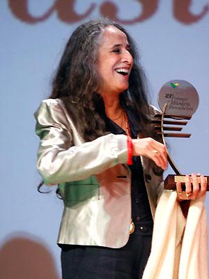 A cantora Maria Bethânia festeja um de seus prêmios no palco do Municipal