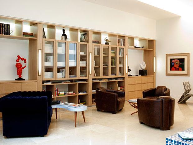 Sala de espera da médica Débora Galvão foi decorada para se parecer com uma biblioteca