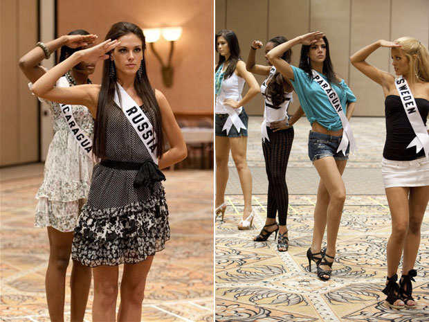 A Miss Brasil Débora Lyra é a de blusa branca e shorts jeans, na foto da direita