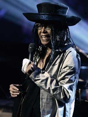 A cantora de jazz Abbey Lincoln, durante show em benefício das vítimas do furacão Katrina, em Nova York, em foto de arquivo de 17 de setembro de 2005.