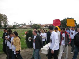 Cerca de 300 pessoas foram ao enterro da menina; pai não compareceu