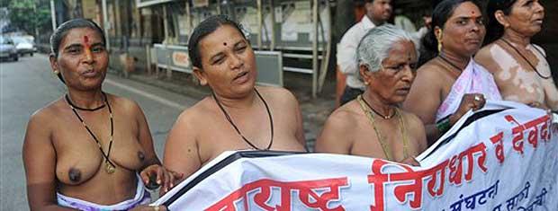 Idosas seminuas protestam em Mumbai contra o governo da Índia. Grupo desfilou de topless. Elas exigem o pagamento mensal de 2 mil rúpias, o equivalente a US$ 43, de aposentadoria.