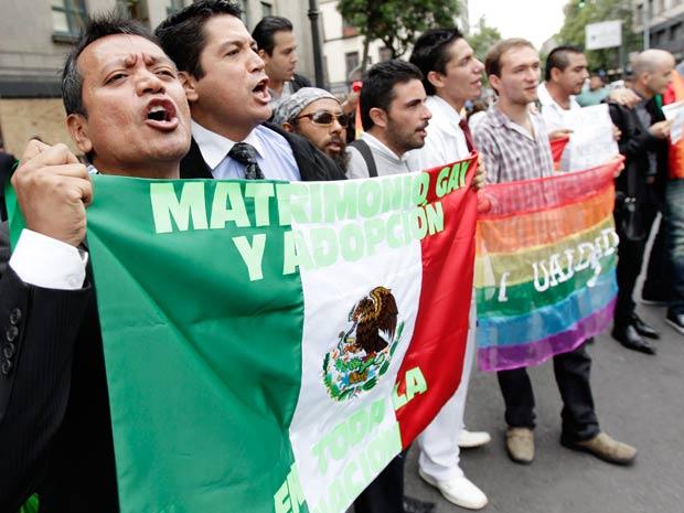 Manifestantes comemoram decisão da Justiça mexicana que permite adoção por casais homossexuais