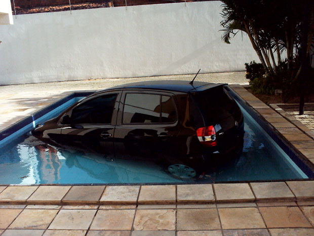 Carro foi parar dentro da piscina após motorista errar a marcha