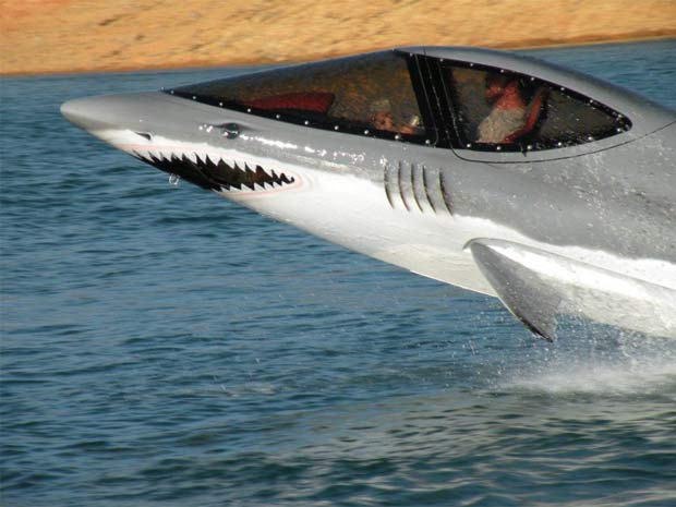 'Submarino-tubarão' alcança 80 km/h em cima d'água e 32 km/h debaixo.