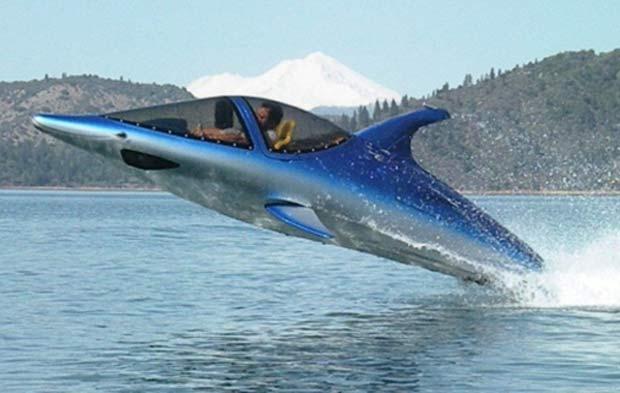 Submarino consegue mergulhar e dar saltos de mais de 3,5 m de altura fora d'água.