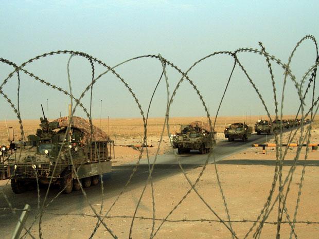 Um comboio da Brigada Stryker, do Exército americano, cruza a fronteira do Iraque com o Kwait, nesta quarta-feira (18)