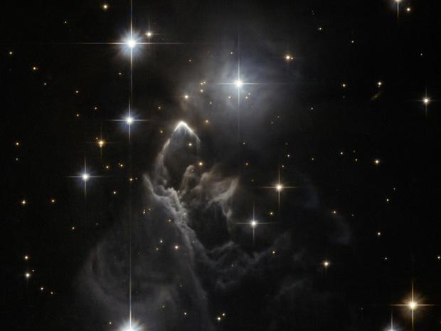 Pesquisadores não conseguiram identificar o que ilumina a pequena nebulosa IRAS 05437+2502, localizada na direção da constelação do Touro. Com extensão aparente de 1/18 de uma lua cheia, região contém um berçário de estrelas e foi fotografada pelo Hubble.