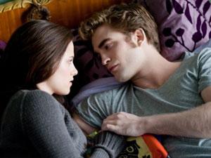 Kristen Stewart e Robert Pattinson em cena de 'Eclipse', filme da saga 'Crepúsculo: 'essa série, tão endeusada, tem muita sacanagem', diz escritor.