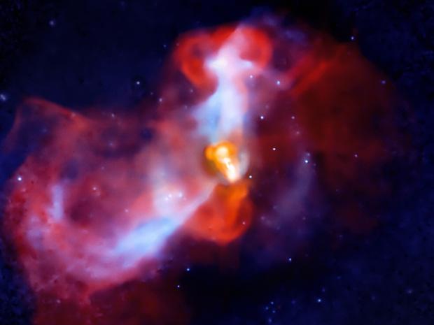 Composição de imagem da galáxia M87, na direção da constelação da Virgem, vista nos dois hemisférios da Terra. O objeto apresenta um vulcão aparente, efeito causado pela presença de um buraco negro na região. A imagem é uma composição de fotografias do