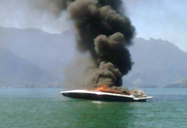 Lancha pega fogo na Ilha Grande
