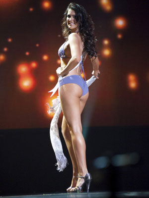 A Miss Brasil Débora Lyra sorri durante desfile em trajes de banho