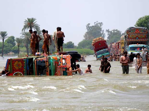 As inundações bloquearam estradas no Paquistão, e chegaram a derrubar um caminhão