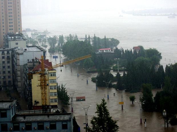 Rio Yalo, na cidade chinesa de Dandong, não suportou as fortes chuvas que caem na região.