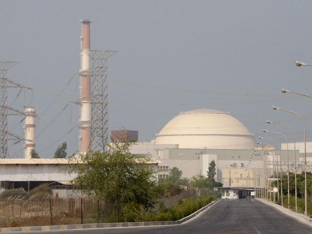 Reator nuclear localizado em Busherh, ao sul do Irã, começa a ser operado.