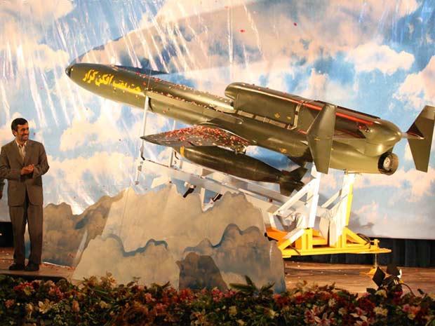O presidente iraniano, Mahmoud ahmadinejad, apresenta o primeiro avião bombardeiro não-tripulado produzido no país