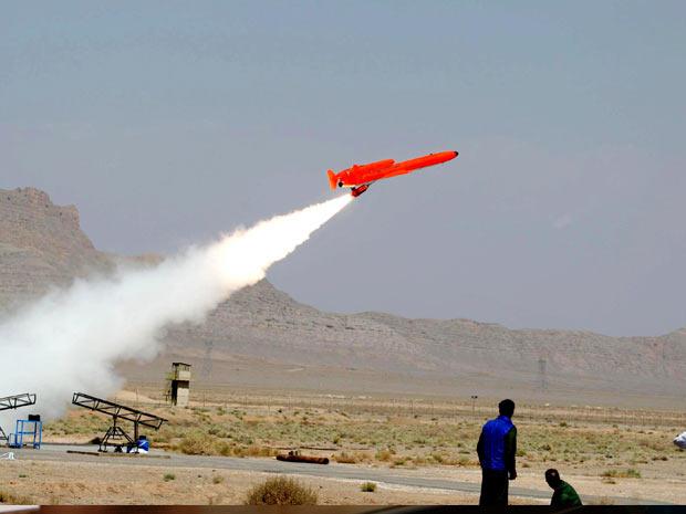 Imagem divulgada pelo governo iraniano mostra o avião militar não-tripulado em operação de teste