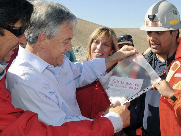 Presidente Sebastián Piñera segura recebida de trabalhadores a 700 metros de profundidade em mina no Chile.