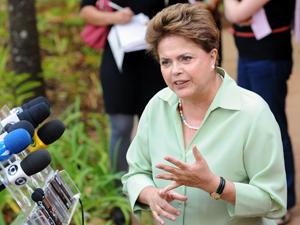A candidata do PT à Presidência da República, Dilma Rousseff, fala à imprensa após reunião com assessores