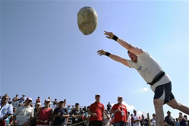 Competidor lança pedra durante evento.