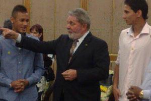 O presidente Lula com os jogadores Neymar (esq.) e Ganso, do Santos