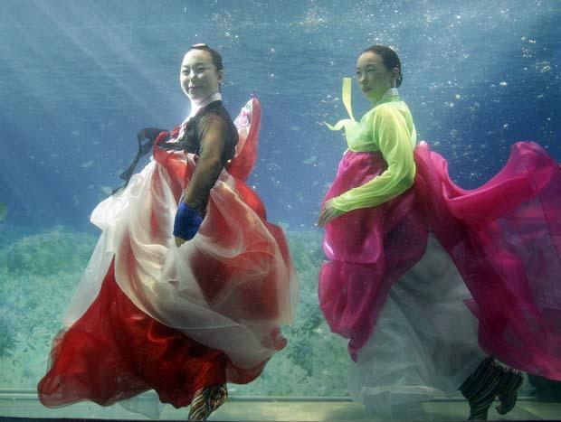 Coreia do Sul realizou no domingo um desfile debaixo d'água.