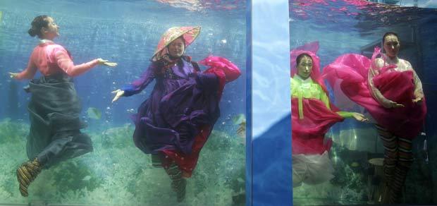 Modelos desfilaram com o traje típico hanbok.