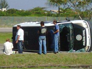 Com a força do impacto, a van tombou na pista.