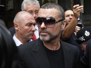 George Michael na saída do tribunal