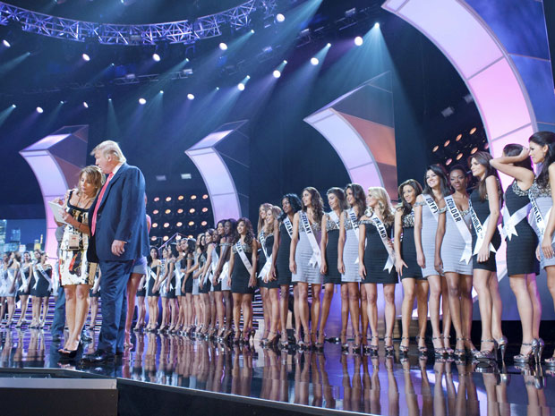 Misses posam para os jurados durante cerimônia em Las Vegas, EUA.