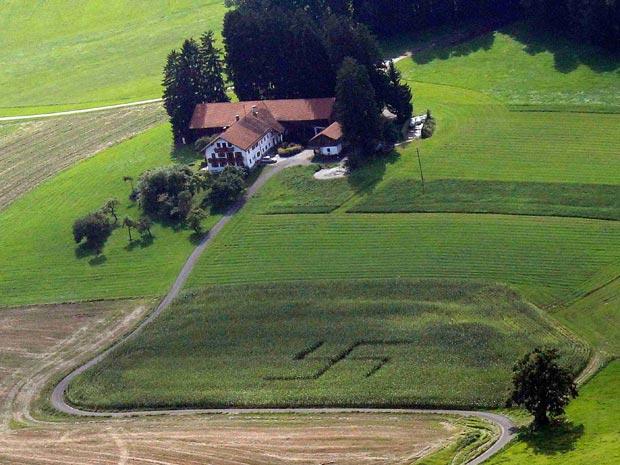 Suástica gigante em campo de milho é vista nesta terça-feira (24) em fazenda próximo à cidade alemã de Niklasreuth. A polícia está investigando a autoria. Na Alemanha, o uso de símbolos relativos ao nazismo é proibido.