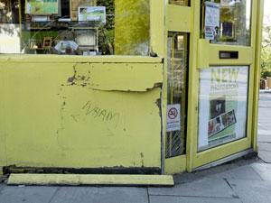 Cantor bateu carro contra estabelecimento comercial; fãs escreveram 'Wham!', nome de antiga banda de George Michael no local