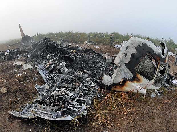 Destroços do aviçao fabricado pela Embraer que se acidentouna China.