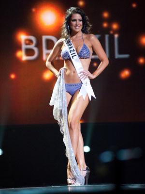 Débora em traje de banho durante Miss Universo 2010