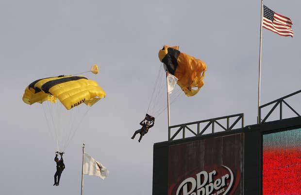 Salto foi realizado antes de jogo de beisebol.