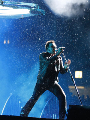 Bono, vocalista do U2, se apresenta na Rússia.
