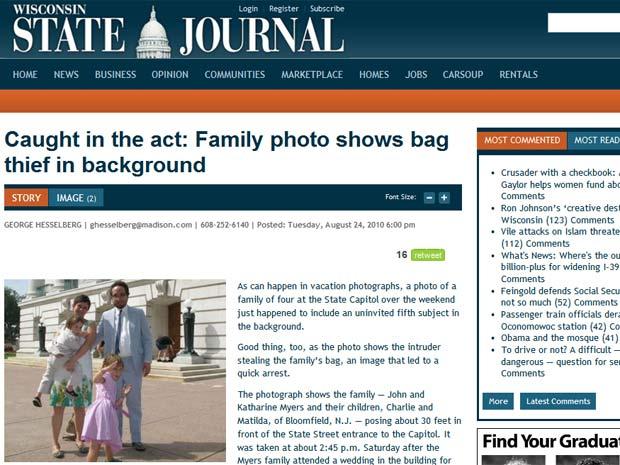 Família posa para foto e flagra Ladrão ao fundo.
