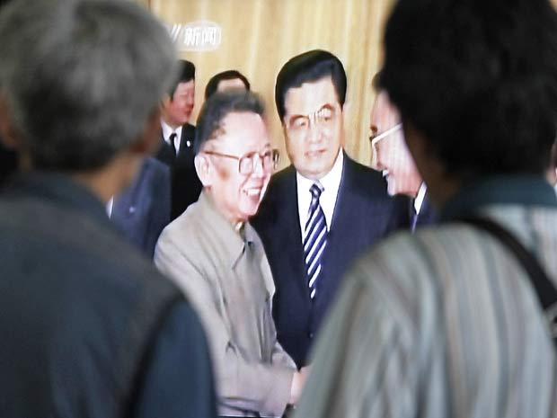 Sul-coreanos observam reportagem de TV que mostra o encontro entre o líder norte-coreano, Kim  Jong-Il, e o presidente chinês, Hu Jintao, nesta quinta (26)